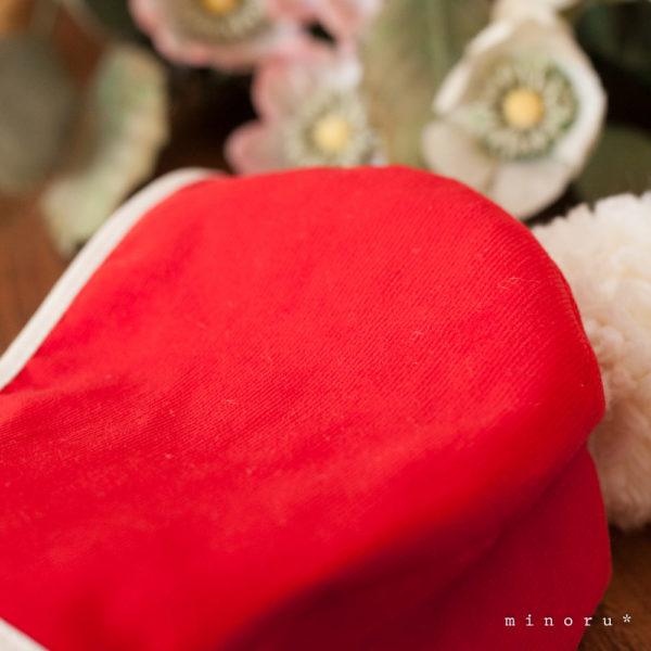 サンタクロースのような ポンポンつき ベビーボンネット